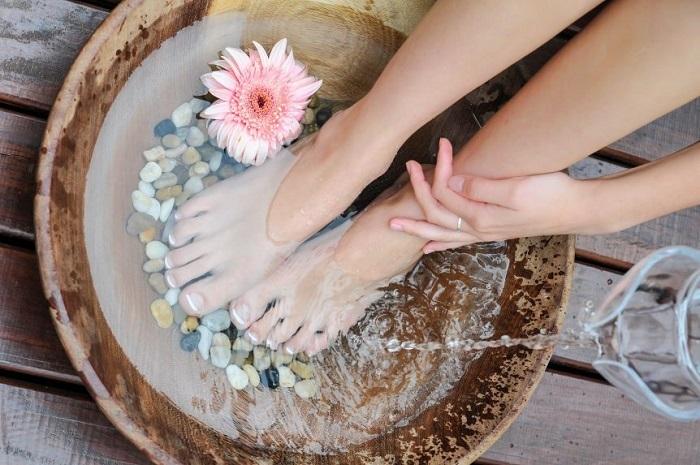 Bị suy giãn tĩnh mạch chân có nên ngâm châm không?