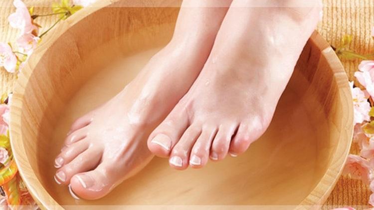 Ngâm chân với nước lạnh hay nước nóng sẽ tốt hơn?